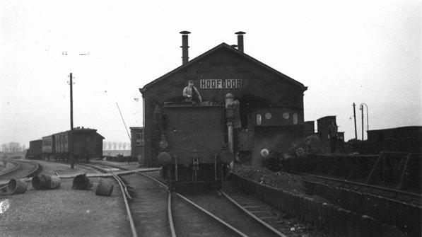 de NS 7002 en een NS 2931 voor de locloods van Hoofddorp op 28 december van 1935. Uiterst links de aftakking van het spoor richting Leiden.